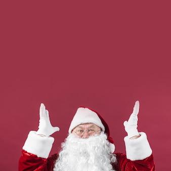 Verbaasde kerstman met omhoog handen
