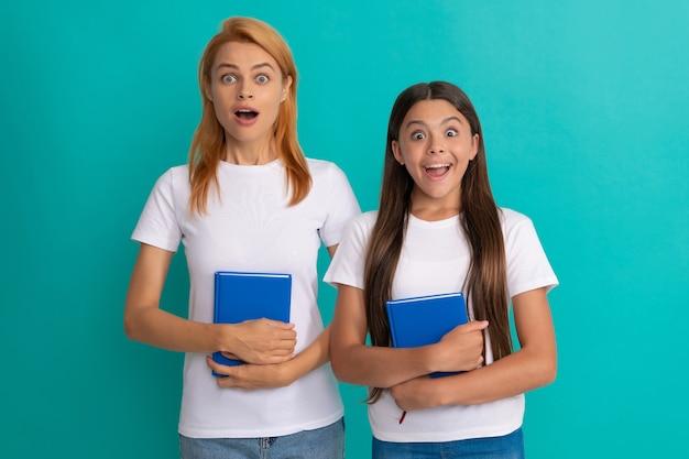 Verbaasde leerling en student. moeder en tienermeisjesstudie. privéleraar en kind met werkboeken. gezinshulp. moeder en dochter houden boeken vast. vriendschap. terug naar school. opvoeding van de jeugd.