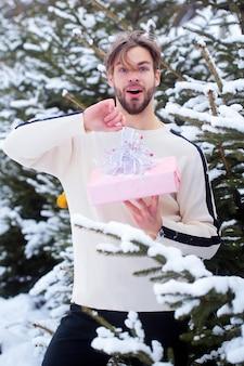 Verbaasde macho in sneeuwhout