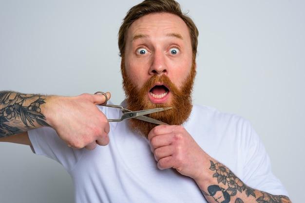 Verbaasde man met schaar wil baard niet knippen