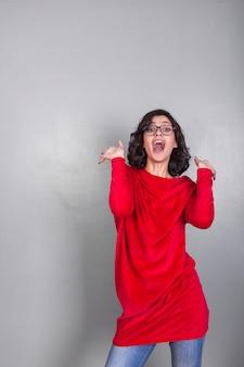 Verbaasde vrouw in rode kleren