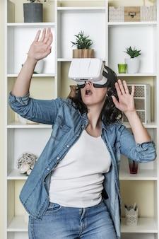 Verbaasde vrouw met virtual reality-ervaring
