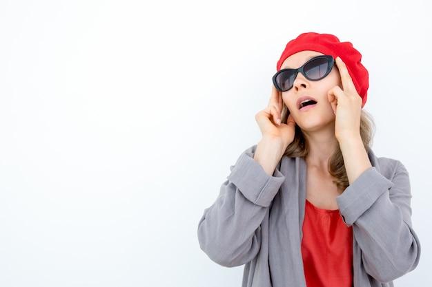 Verbaasde zakenvrouw, die haar ogen niet gelooft