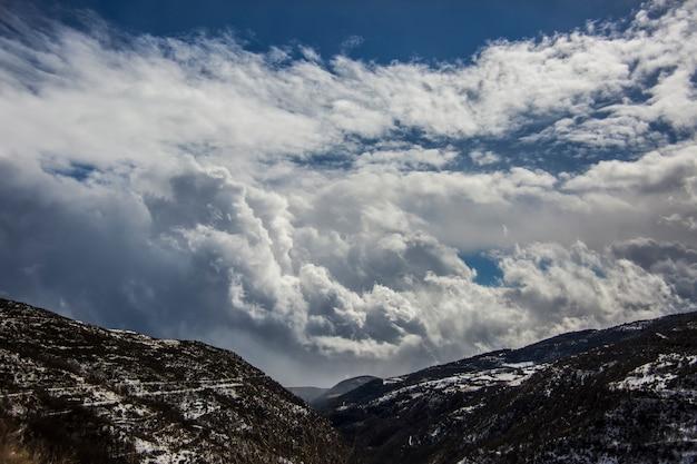 Verbazend landschap van bergen tegen de hemel