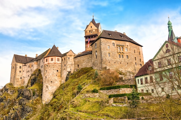 Verbazend oriëntatiepunt in tsjechische republiek, dichtbij het kasteel op middelbare leeftijd van karlovy varieert loket met blauwe hemel in de lente.
