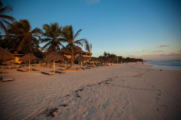 Verbazende kleurrijke zonsondergang op de strandtoevlucht in mexico