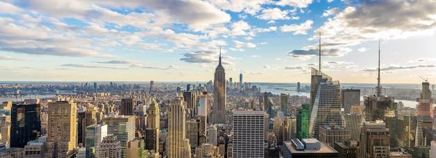 Verbazende panoramamening van de de stadshorizon en wolkenkrabber van new york bij zonlicht in zonnige dag.