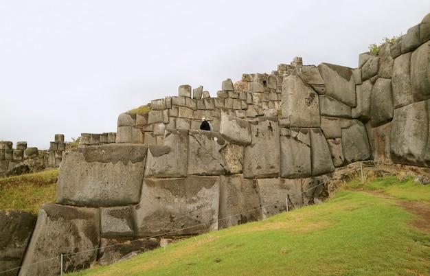Verbazende reusachtige oude inca-stenen muur van sacsayhuaman-vesting, cusco, peru, zuid-amerika