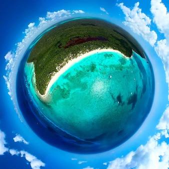 Verbazingwekkend beeld van de planeet aarde als paradijselijk tropisch eiland met palmen. palmbomen op het caribische tropische strand. saona-eiland, dominicaanse republiek. vakantie reizen achtergrond.