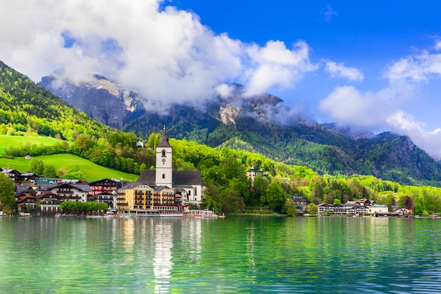 Verbazingwekkend idyllisch landschap. lake sankt wolfgang in oostenrijk. boot riviercruises