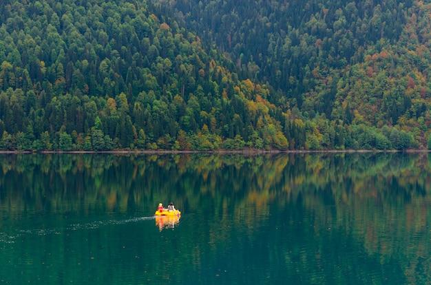 Verbazingwekkend natuurlandschapsgezicht van het meer small ritsa