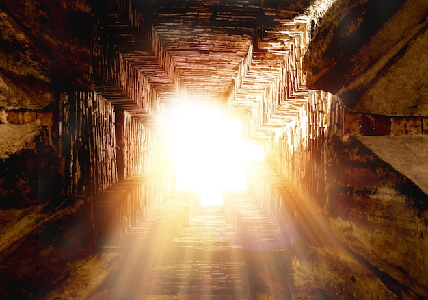 Verbazingwekkend van gouden licht door gat. zon schijnt door de met prachtige stralen en lensflare