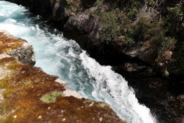 Verbazingwekkende hoge hoek die van een woeste rivier is ontsproten