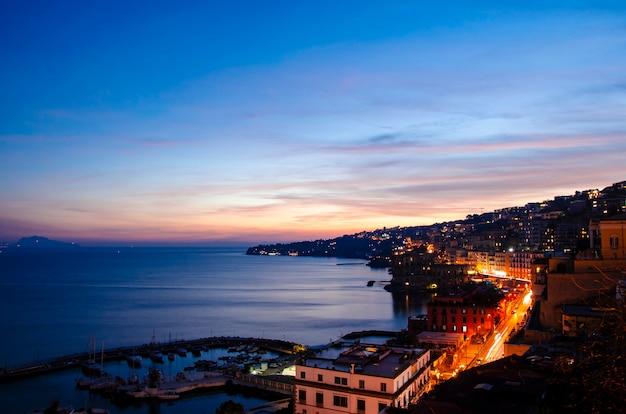 Verbazingwekkende kleurrijke late zonsondergang tijd over de zee in napels. italië.