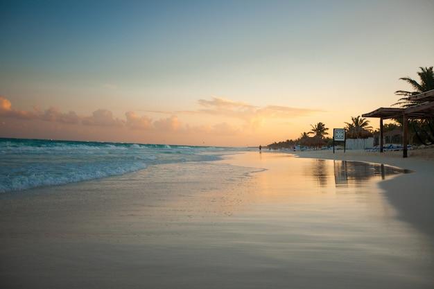 Verbazingwekkende kleurrijke zonsondergang op het tropische strand in mexico