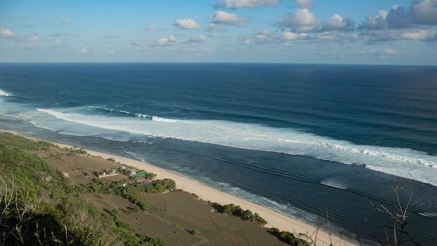 Verbazingwekkende landschappen. uitzicht op de oceaan vanaf de klif. bali. indonesië.