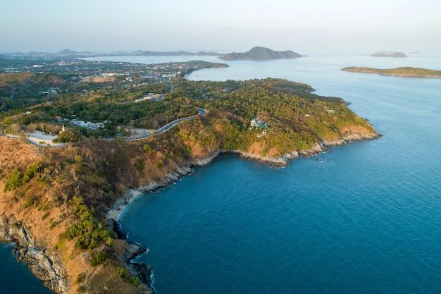 Verbazingwekkende luchtfoto drone geschoten landschap aard zeegezicht met zeekust hoge hoekmening.