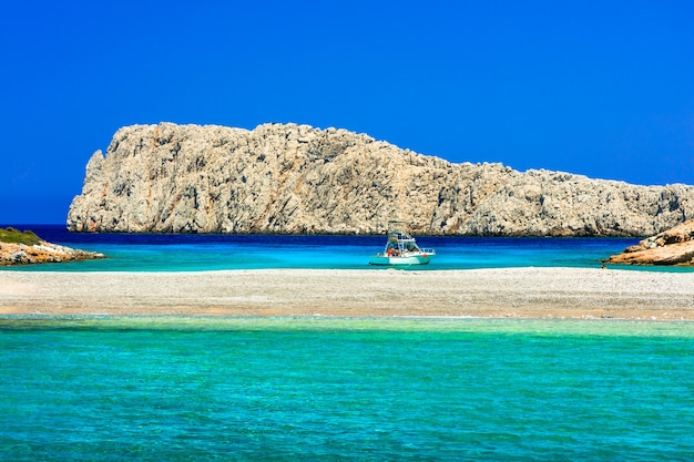 Verbazingwekkende natuur en turquoise zee van griekenland. klein eiland konoupa bij astipalea
