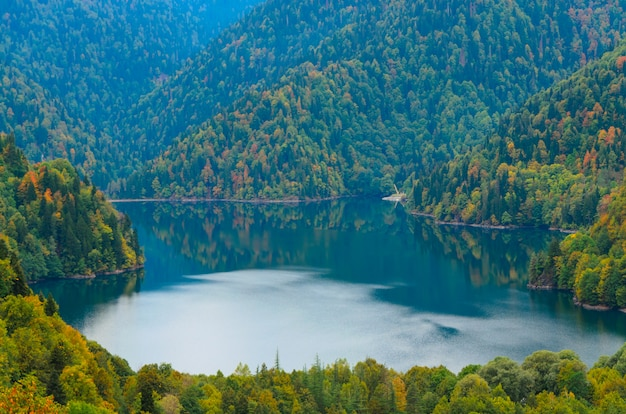 Verbazingwekkende natuur landschapsmening van lake small ritsa abchazië