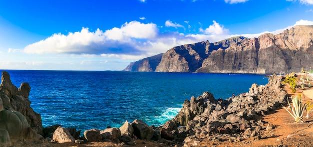 Verbazingwekkende natuur van tenerife - indrukwekkende rotsen van los gigantes. canarische eilanden