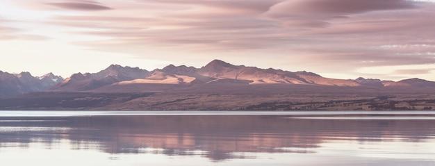 Verbazingwekkende natuurlijke landschappen in nieuw-zeeland. bergen meer bij zonsondergang.