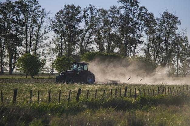 Verbazingwekkende opname van een tractor die in een landbouwgrond werkt