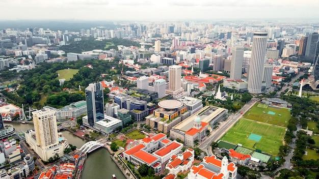 Verbazingwekkende panoramische luchtfoto van de drone van het zakencentrum, het stadscentrum, het openbare park, een heleboel wolkenkrabber van de stad singapore.