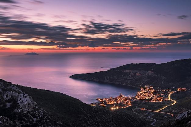 Verbazingwekkende panoramische opname van de stad komiza met uitzicht op de adriatische zee vanaf het eiland vis in kroatië