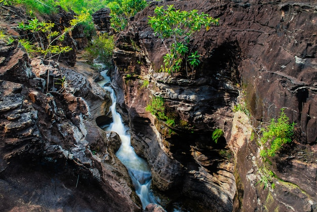 Verbazingwekkende pralie-waterval, cascadedalingen over bemoste rotsen bij kalasin, thailand