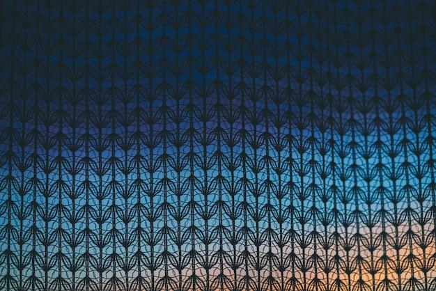Verbazingwekkende romantische zonsondergang in venster achter silhouetten van tulle textuur.