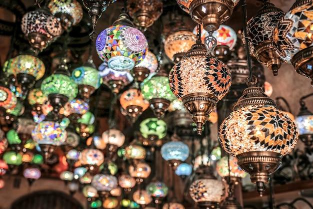 Verbazingwekkende traditionele handgemaakte turkse lampen in lokale souvenirwinkel, goreme. cappadocië turkije