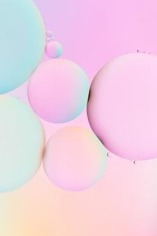 Verbazingwekkende verticale afbeelding van kleurrijke bubbels