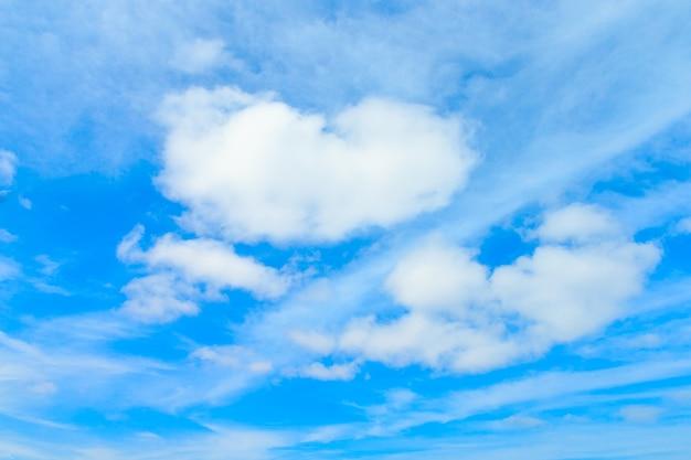 Verbazingwekkende wolken in de blauwe lucht