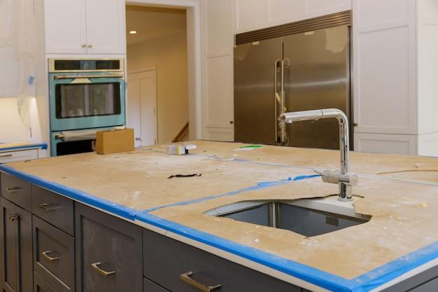 Verbetering van het huis geïnstalleerd in een nieuwe keukenkast