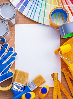 Verbetering van het huis verf tools en ventilator op schoon papier onderhoud concept