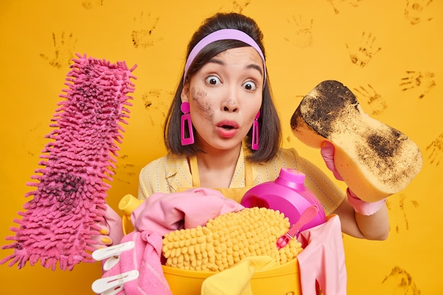 Verbijsterde slordige huisvrouw