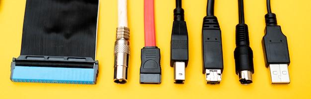 Verbinden van draden voor de computer. typen connectoren.