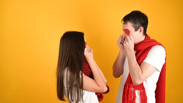 Verblind door liefdepaar op geel
