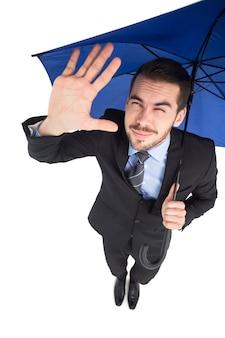 Verblinde zakenman die zijn ogen beschermt met zijn hand