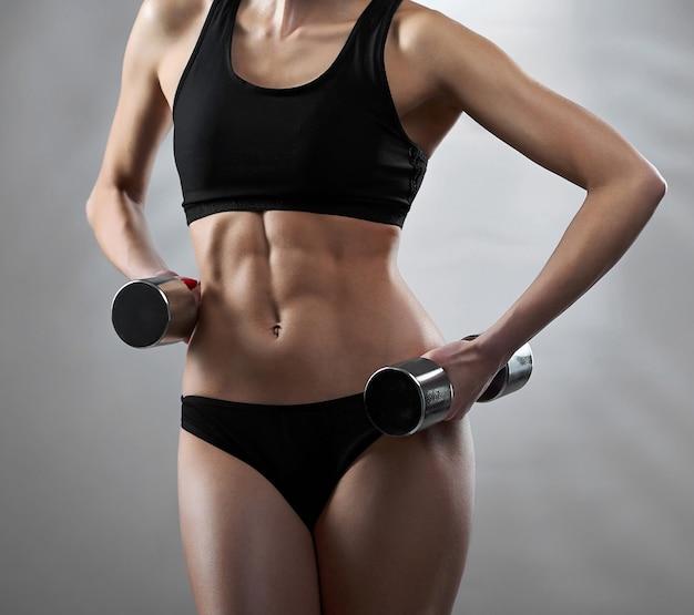 Verbluffend heet sexy lichaam van een jonge fitnessvrouw