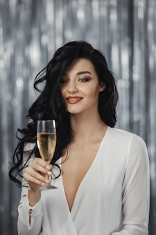 Verbluffende feestende vrouw in de witte jurk