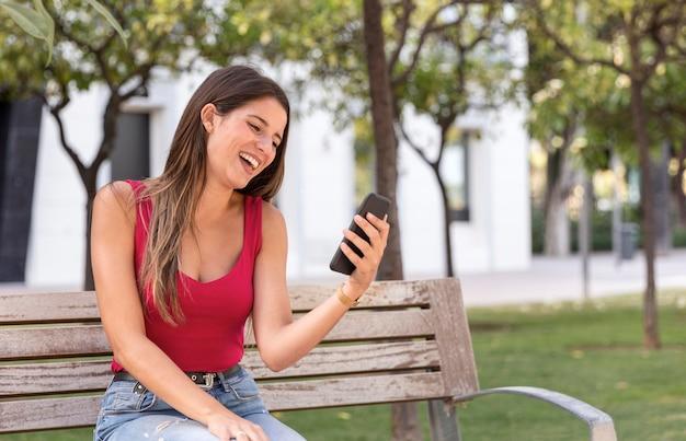 Verbluffende jonge vrouw videobellen