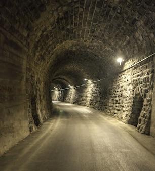 Verbluffende opname van de binnenkant van een oude tunnel in de stad mislinja in slovenië