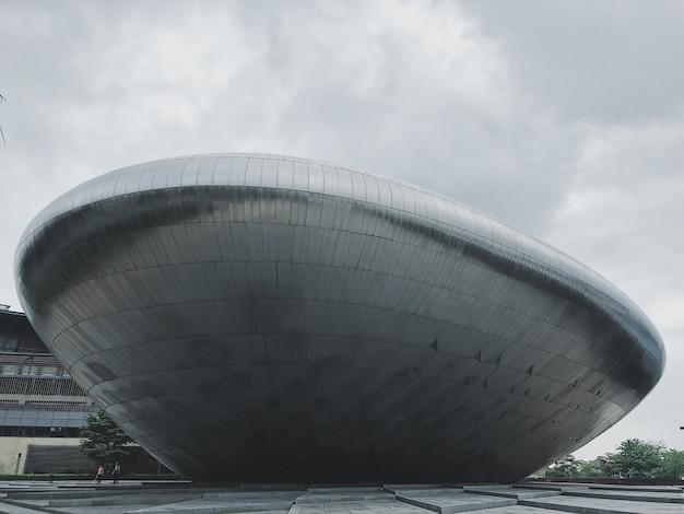Verbluffende opname van een grote metalen brutalistische architectuur