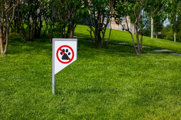 Verbodsbord dat je niet mag lopen met een hond. geen huisdieren toegestaan