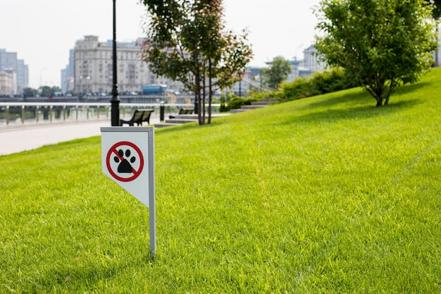 Verbodsbordje dat je niet mag lopen met een hond op groen grasveld. geen dieren lopen