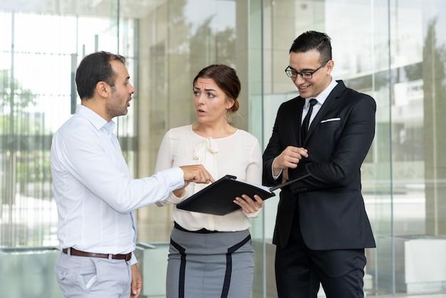 Verbolgen ondernemer die fout in document toont