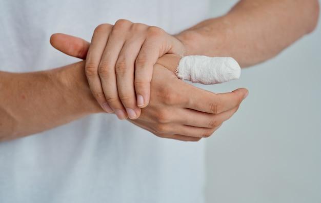 Verbonden duim gezondheidsproblemen geneeskunde geïsoleerde ruimte