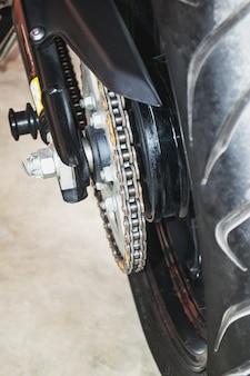 Verbonden flexibele reeks metalen schakels die worden gebruikt voor het bevestigen of vastzetten van objecten en het trekken of ondersteunen van lasten.