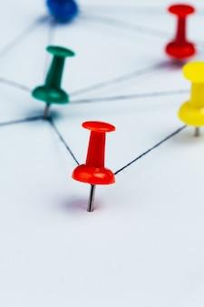 Verbonden pinnen die een netwerk creëren
